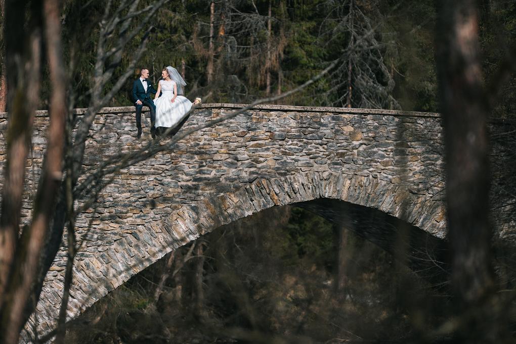 slovensky raj, kameraman, fotograf vychod, stara lubovna, kosice, levoca, fotograf na svadbu, svadobne saty, kytica